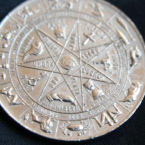 medaglione con lo zodiaco