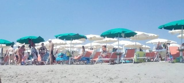 La ragazza con il pantaloncino in riva al mare