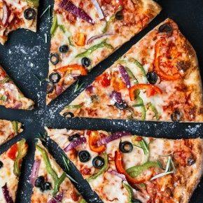 Una pizza tagliata a fette